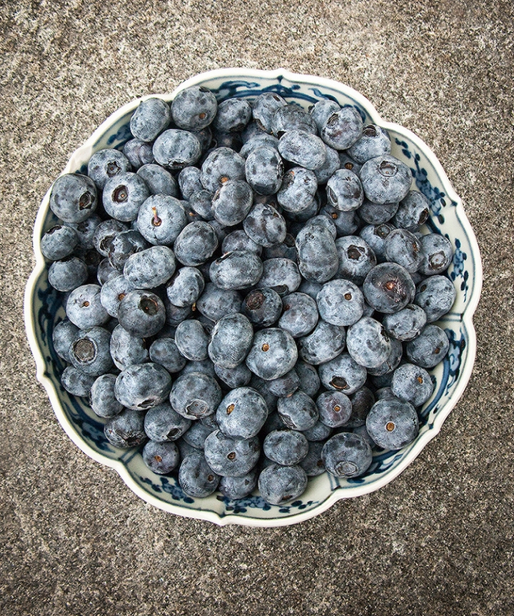Close up of a bowl of blueberries
